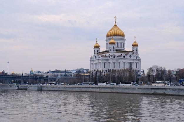 Cathédrale du christ sauveur célèbre vue sur le paysage panoramique de nuit avec une belle lumière de moscou russie