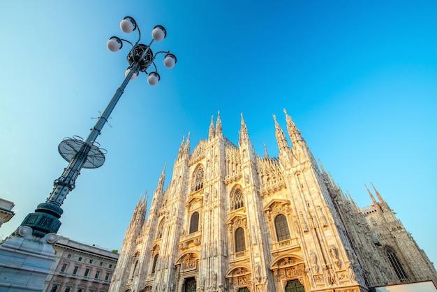 Cathédrale duomo di milano à la place piazza duomo, matin à milan, italie.