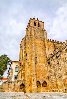 La cathédrale d'evora au portugal