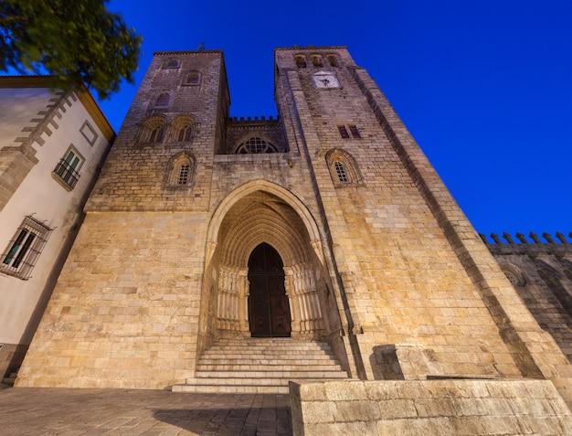 La cathédrale d'evora (se de evora) est l'un des monuments les plus anciens et les plus importants de la ville d'evora, au portugal