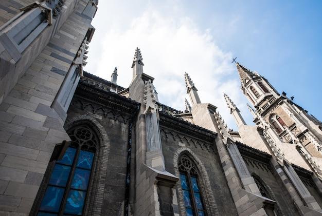 Cathédrale avec grande fenêtres