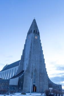 Cathédrale hallgrimskirkja à reykjavik en hiver, islande.