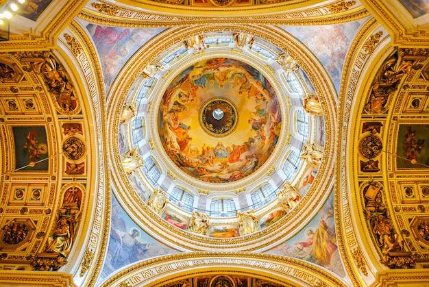 La cathédrale d'isaac reçoit des visiteurs après la restauration