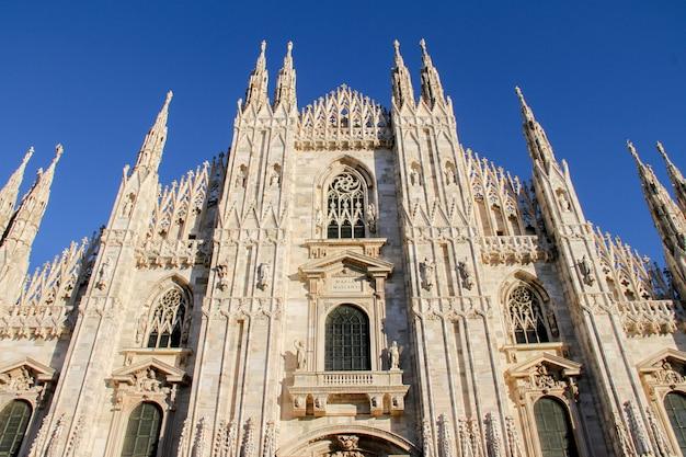 La cathédrale de milan duomo di milano est l'église cathédrale de milan en lombardie, dans le nord de l'italie. c'est le siège de l'archevêque de milan