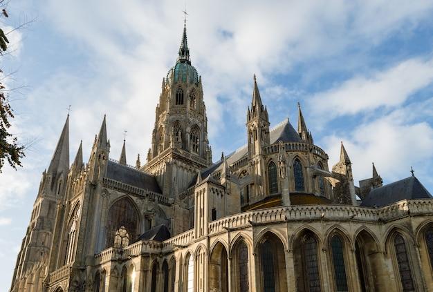 Cathédrale notre-dame de bayeux, dans un ciel bleu par une journée ensoleillée. calvados département normand