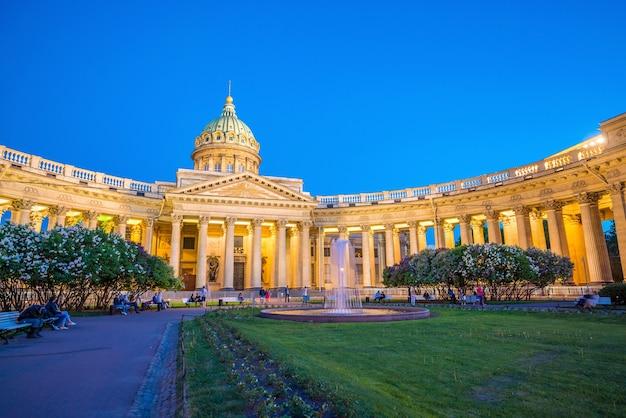 Cathédrale notre-dame de kazan à saint-pétersbourg au crépuscule, russie