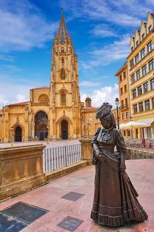 Cathédrale d'oviedo et statue de regenta dans les asturies