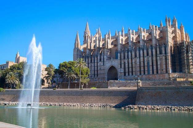 Cathédrale de palma de majorque avec fontaine en face d'elle