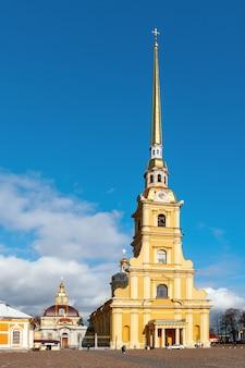 La cathédrale pierre et paul à saint-pétersbourg, en russie. la forteresse pierre et paul.