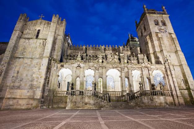 La cathédrale de porto (se do porto) est l'un des monuments les plus anciens et l'un des monuments romans les plus importants du portugal