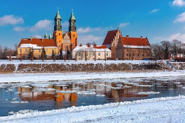 La cathédrale de poznan et la dérive de glace sur la rivière warta dans la journée ensoleillée d'hiver, poznan