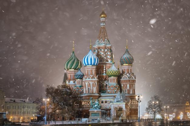 Cathédrale saint-basile (cathédrale pokrovsky) la nuit en hiver, moscou, russie