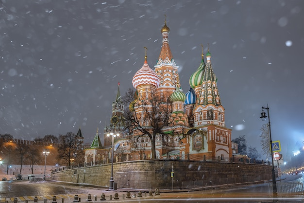 Cathédrale saint-basile la nuit en hiver, moscou, russie