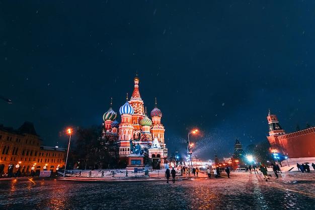 La cathédrale saint-basile sur la place rouge à moscou en russie