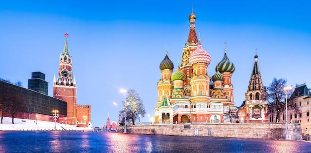 La cathédrale saint-basile et la tour de l'horloge du kremlin sur la place rouge à moscou, russie