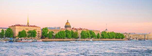 Cathédrale saint-isaac à travers la rivière moyka à saint-pétersbourg, russie