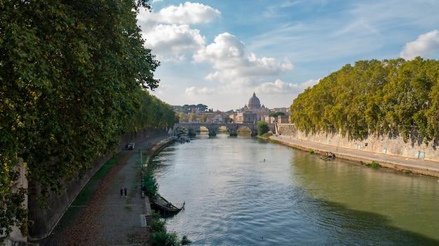 La cathédrale saint-pierre sur le pont et l'eau du tibre au jour d'automne rome, italie
