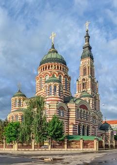 Cathédrale de la sainte annonciation à kharkiv, ukraine lors d'une journée ensoleillée