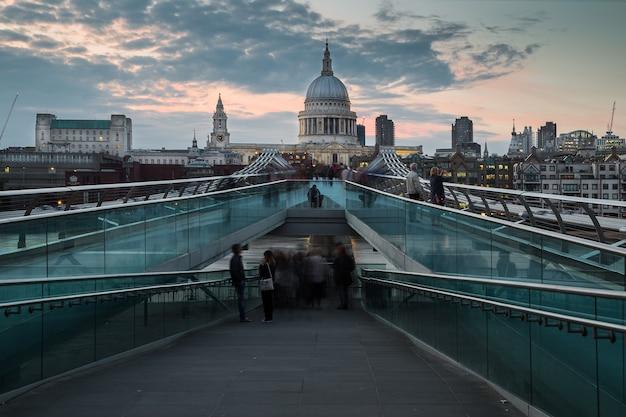 La cathédrale st paul avec de nombreux touristes le soir au royaume-uni