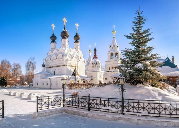 Cathédrale de la trinité et épicéa duveteux dans le monastère de la trinité à murom par une journée ensoleillée d'hiver enneigée
