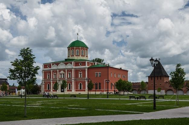 Cathédrale uspensky et la tour du kremlin de toula, russie