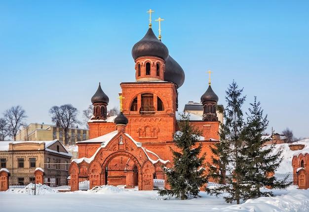 Cathédrale des vieux croyants pokrovsky de couleur brique rouge sur un ciel bleu un jour d'hiver à kazan