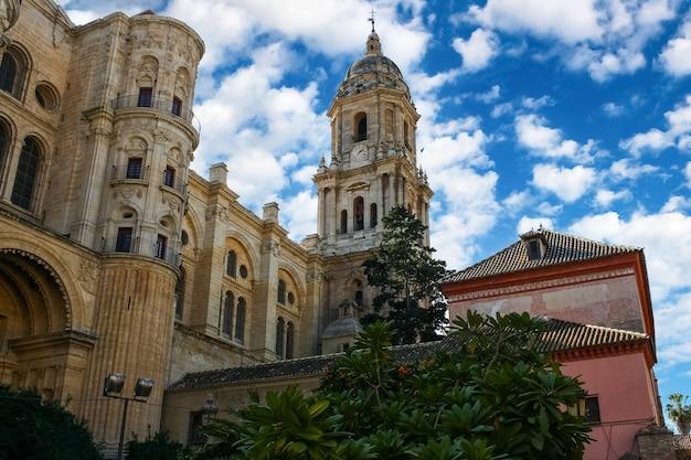 Cathédrale de la ville de malaga avec sa tour principale par temps nuageux et ciel bleu.