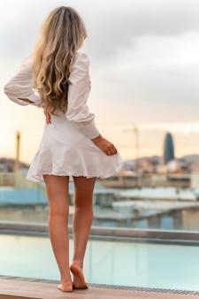 Caucasian woman posing avec vue sur barcelone en arrière-plan, espagne