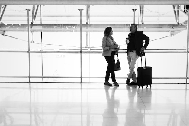 Caucasien, couple, conversation, ensemble, aéroport