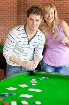 Caucasien, couple, jouer cartes, sur, a, billard