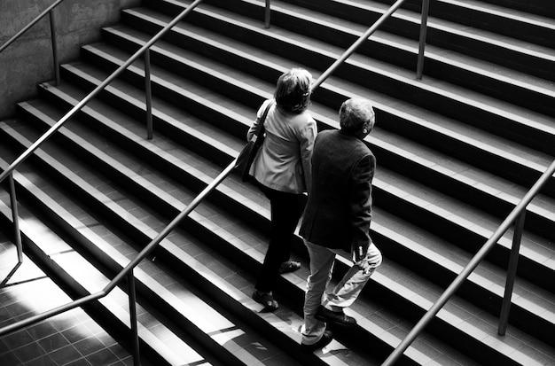 Caucasien, couple, marche, haut, escalier, ensemble
