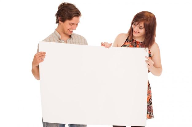 Caucasien couple avec des papiers vierges