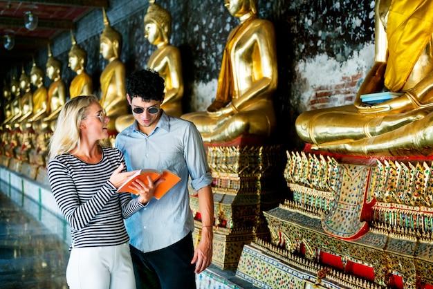 Caucasien couple en tournée au temple