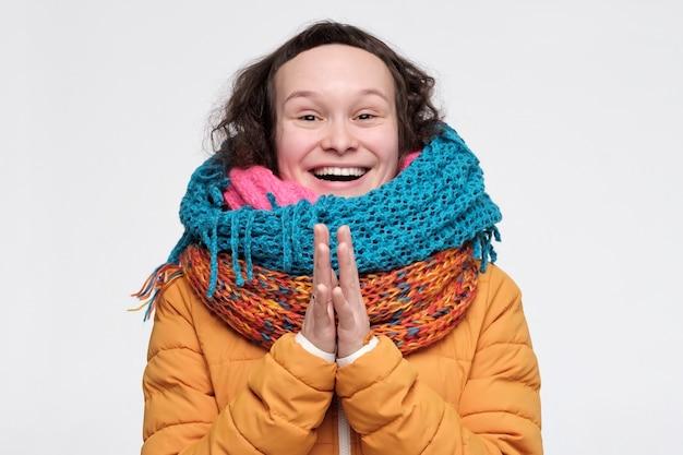 Caucasien femme drôle dans de nombreux foulards étant excité