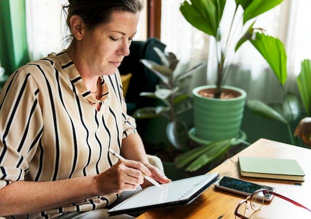 Caucasien, femme, écriture, faire, liste, sur, tablette