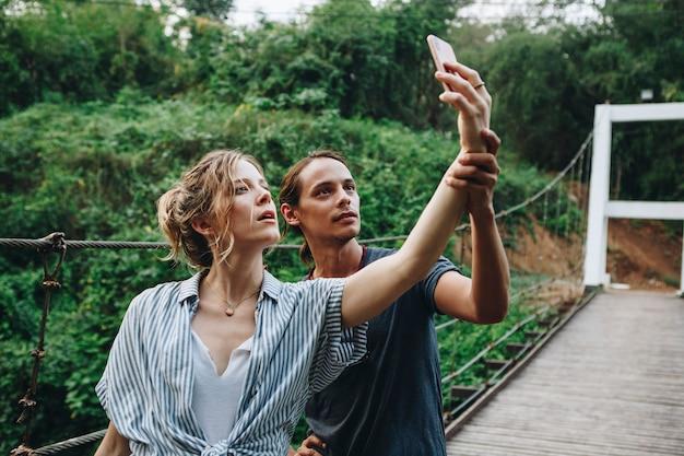 Caucasien, femme, et, homme, prendre, a, selfie, dehors, loisir, loisir, et, concept aventure