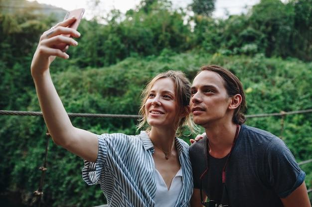 Caucasien, femme, et, homme, prendre, a, selfie, dehors, récréatif, loisirs