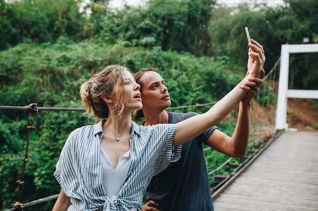 Caucasien, femme, homme, prendre, selfie