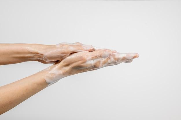 Caucasien, femme, lavage, mains, isolé, blanc, mur