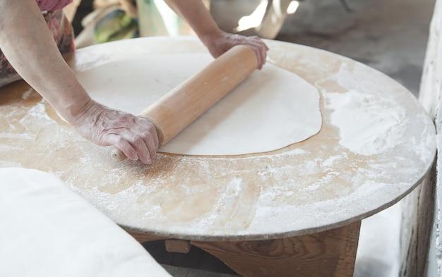 Caucasien, femme, préparer, pain arménien, lavash, nourriture saine