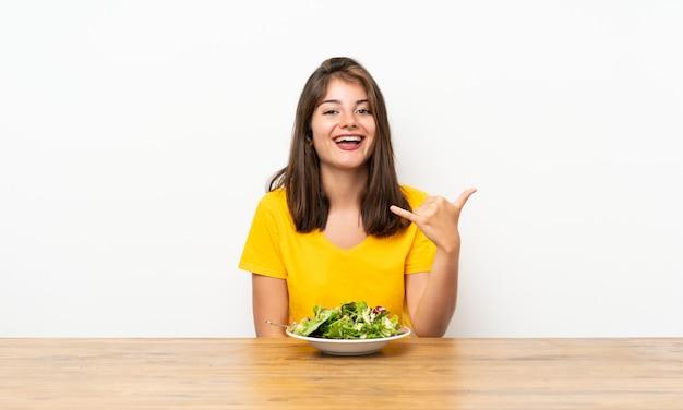 Caucasien, fille, à, salade, geste téléphone