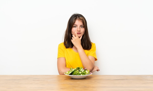 Caucasien, fille, à, salade, penser, a, idée