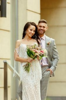 Caucasien jeune couple romantique célébrant leur mariage en ville.