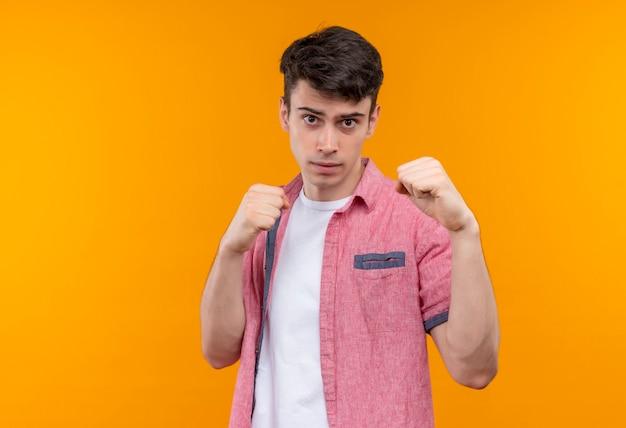 Caucasien, jeune homme, porter, chemise rose, debout, dans, combat, pose, isolé, mur orange