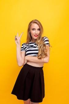 Caucasienne charmante fille aux cheveux longs portant un t-shirt dépouillé