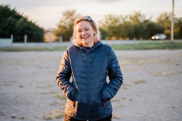 Caucasienne femme à l'extérieur voyageant par temps froid seul. photo candide portrait vertical. photo de haute qualité