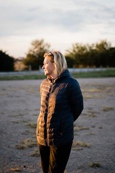 Caucasienne femme à l'extérieur voyageant par temps froid seul.