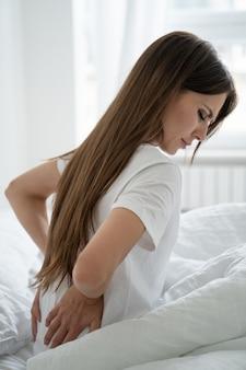 Caucasienne femme souffrant de douleurs musculaires au dos