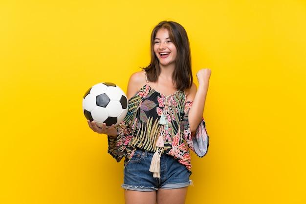 Caucasienne, fille, dans, coloré, robe, sur, jaune, mur, tenant ballon