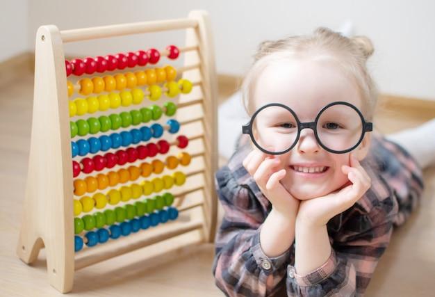 Caucasienne petite fille avec des lunettes rondes
